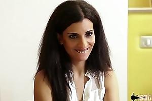 Siham jolie brunette profite de sa libert&eacute_